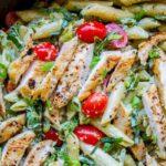 Cómo hacer pasta al pesto con pollo y ajo en una sartén
