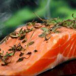 Prepara salmón con salsa de remolacha, queso feta y lima