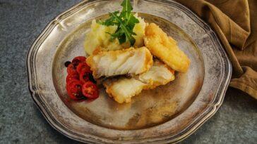 Prepara bacalao al curry con mantequilla, coliflor y garbanzos