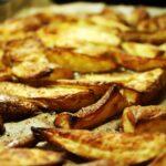 Prepara una bandeja de patatas, pesto y salchichas