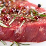Prepara carne de res marinada con comino y cebolla