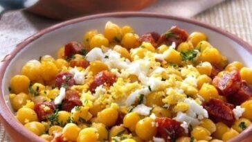 Guiso de verano de chorizo, orzo y maíz dulce