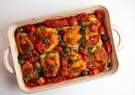 Bandeja de pollo con harissa, pimientos y feta: preparación