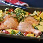 Prepara una bandeja para hornear pollo todo en uno