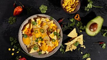 Ingredientes y preparación de nachos en una sartén con frijoles negros