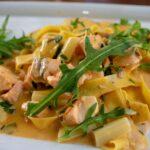 Prepara una ensalada de pasta con brócoli, salmón y pipas de girasol