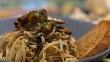 Prepara una pasta de sardina con migas de perejil crujiente