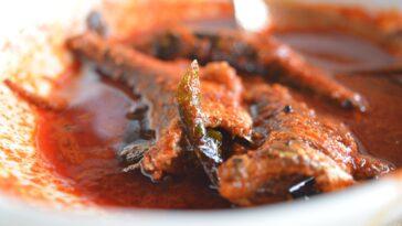 Prepara una bandeja de curry de pescado con coco