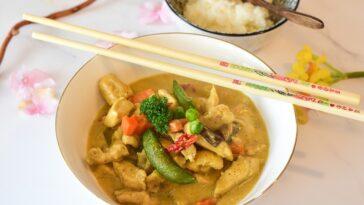 pollo batata y guisantes al curry