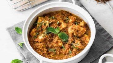 Bandeja de pollo al curry y patatas nuevas