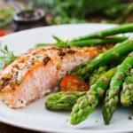 Cómo preparar salmón en una sartén con espárragos asados