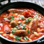 Cazuela de salchichas y judías blancas: receta deliciosa