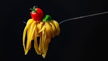Prepara espaguetis con salsa de tomate fresco
