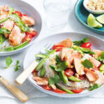 ensalada de salmón y fideos