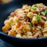 Macarrones con bacon y piñones: receta deliciosa