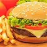 Hamburguesa con queso y patatas fritas: ingredientes y preparación