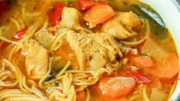 sopa de fideos de pollo satay con calabaza