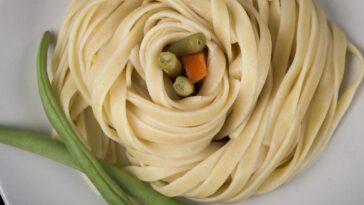 pasta con datiles alcaparras y stracciatella receta mediterranea