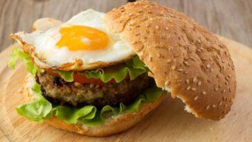 Hamburguesa rellena de huevo: receta rápida y sabrosa
